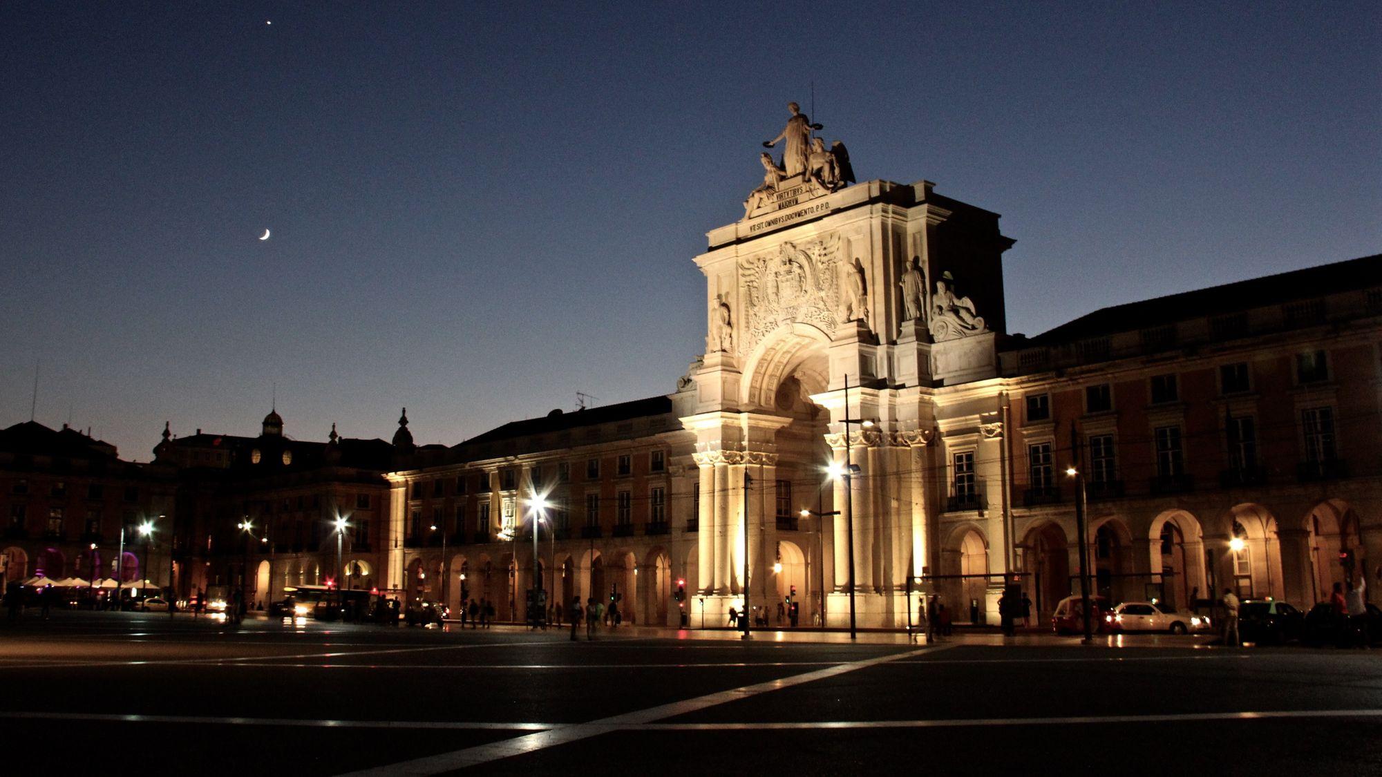 Arc de triomphe de la Place du Commerce de nuit à Lisbonne au Portugal
