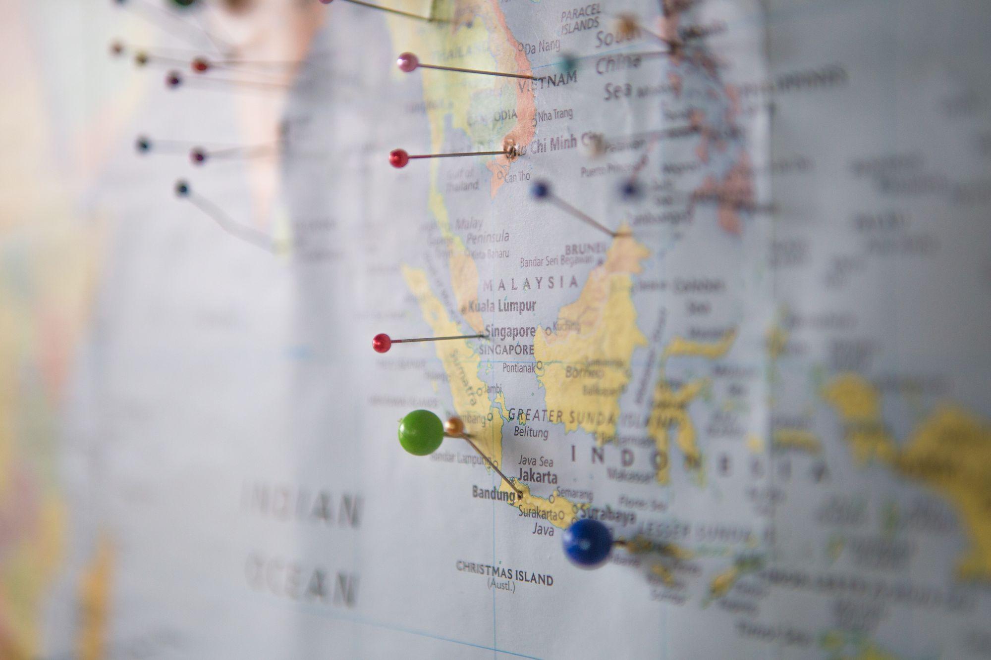 carte géographique du monde avec des épingles