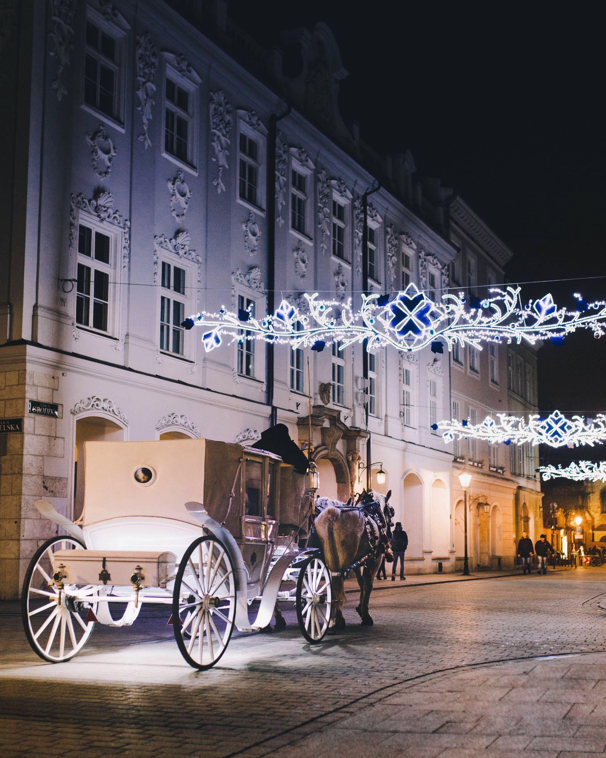 Calèche avec des chevaux et décorations de Noël dans les rues de Cracovie en Pologne