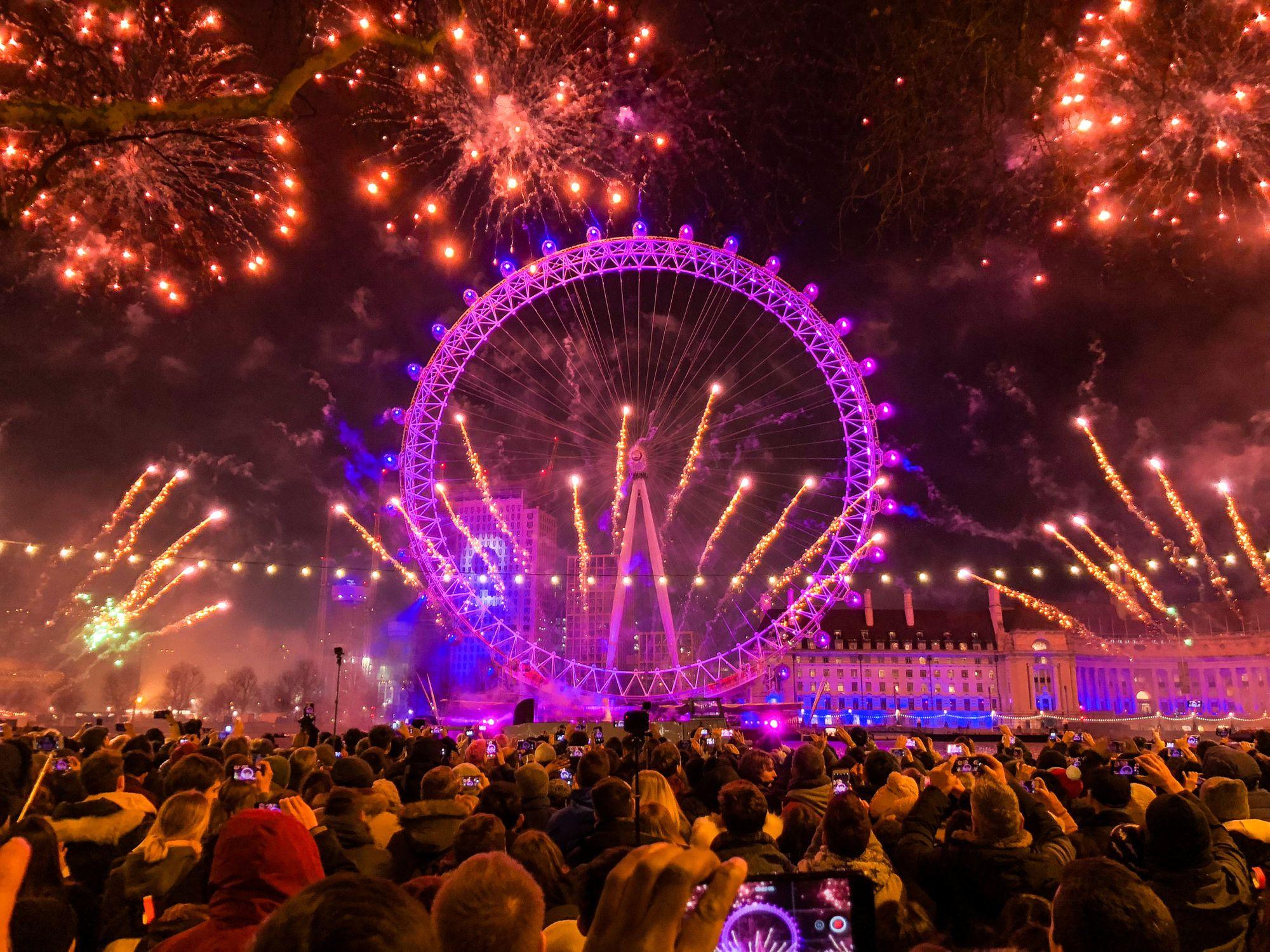 Feu d'artifice du Nouvel An devant la grande roue au London Eye à Londres