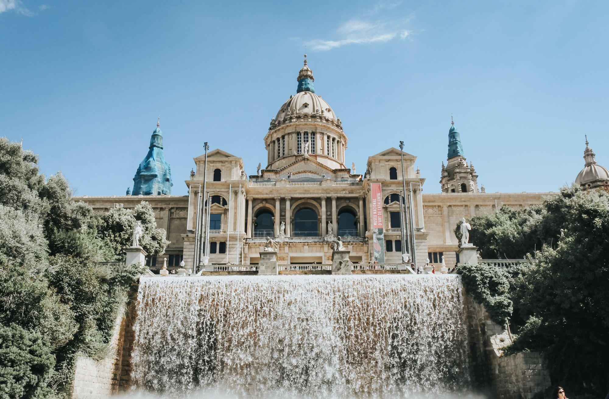 vue de face du Musée National d'Art de Catalogne à Barcelone