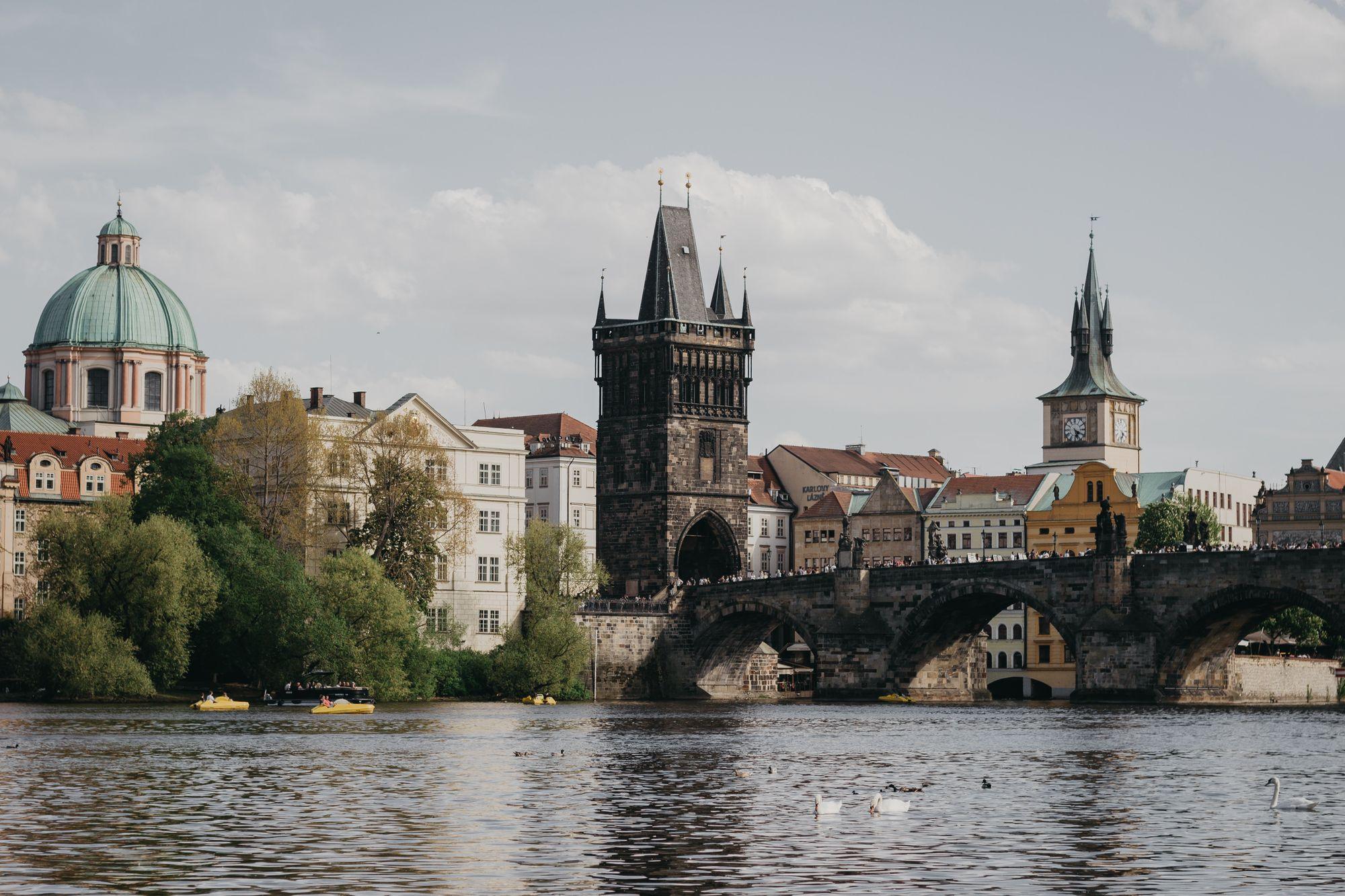Cours d'eau de la Vltava, pont Charles et vieille ville de Prague en République Tchèque