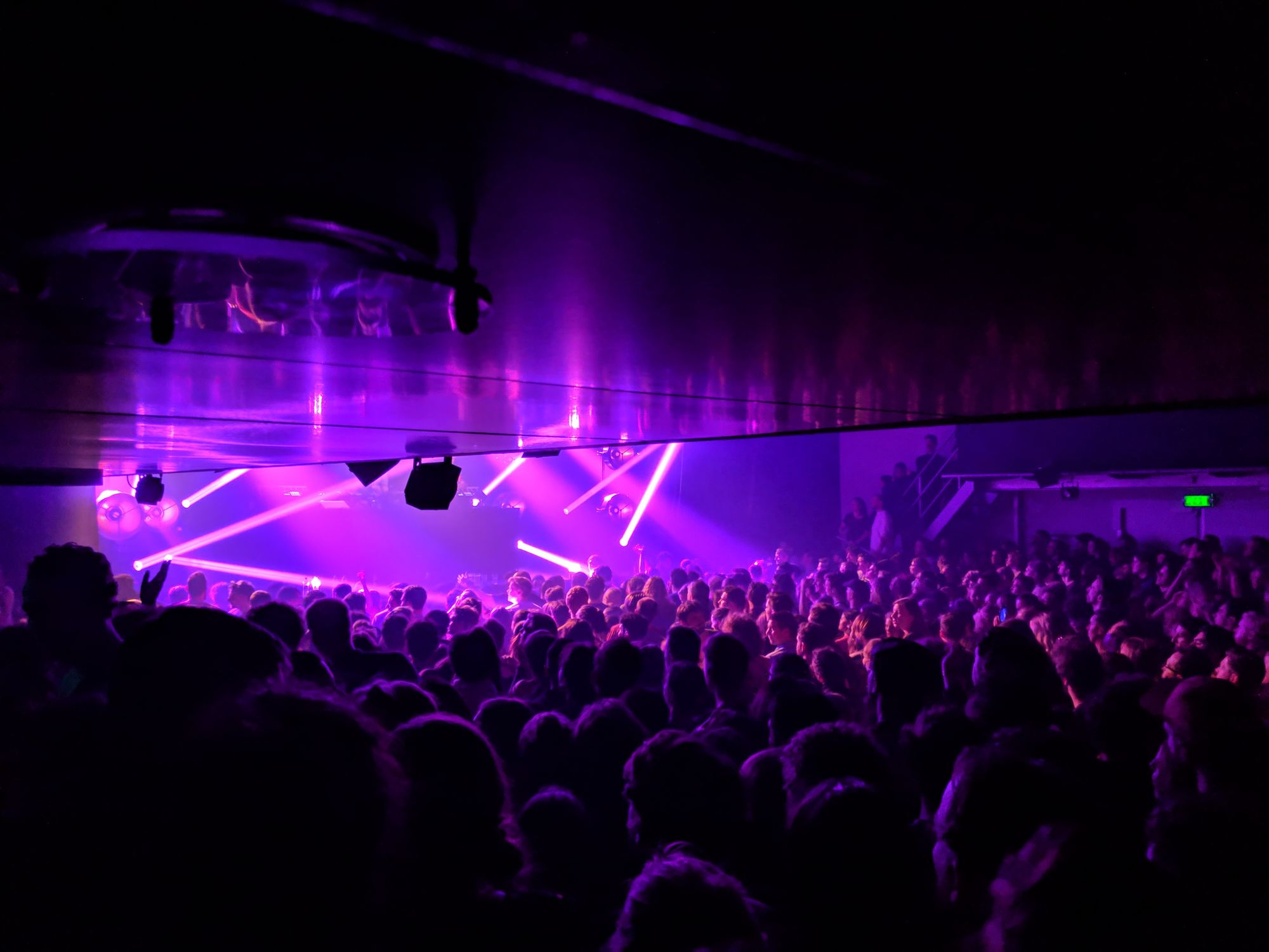 Personnes en soirée dans une discothèque à Leidseplein à Amsterdam aux Pays-Bas