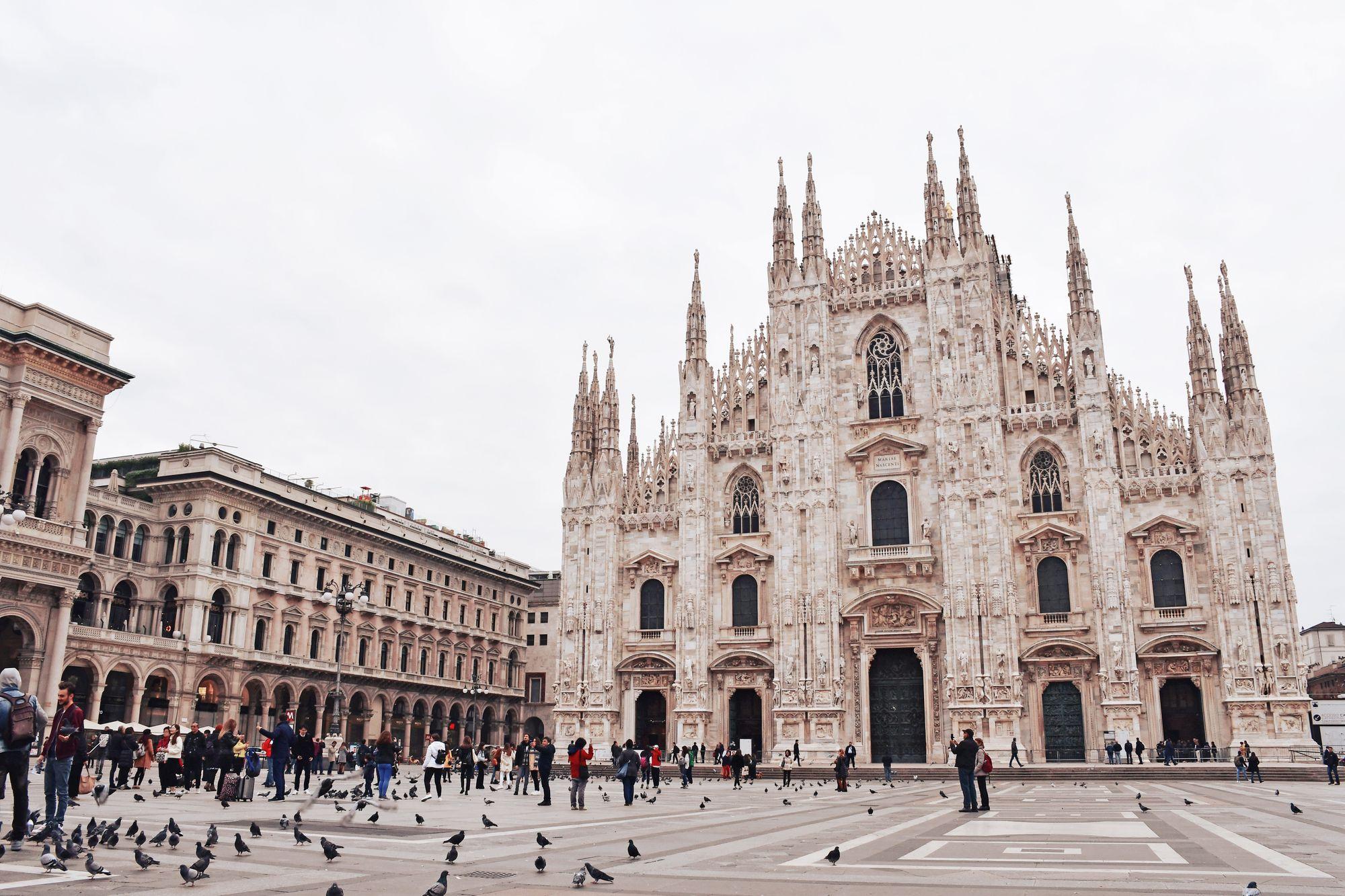 gens et pigeons devant la cathédrale de Milan à Milan en Italie