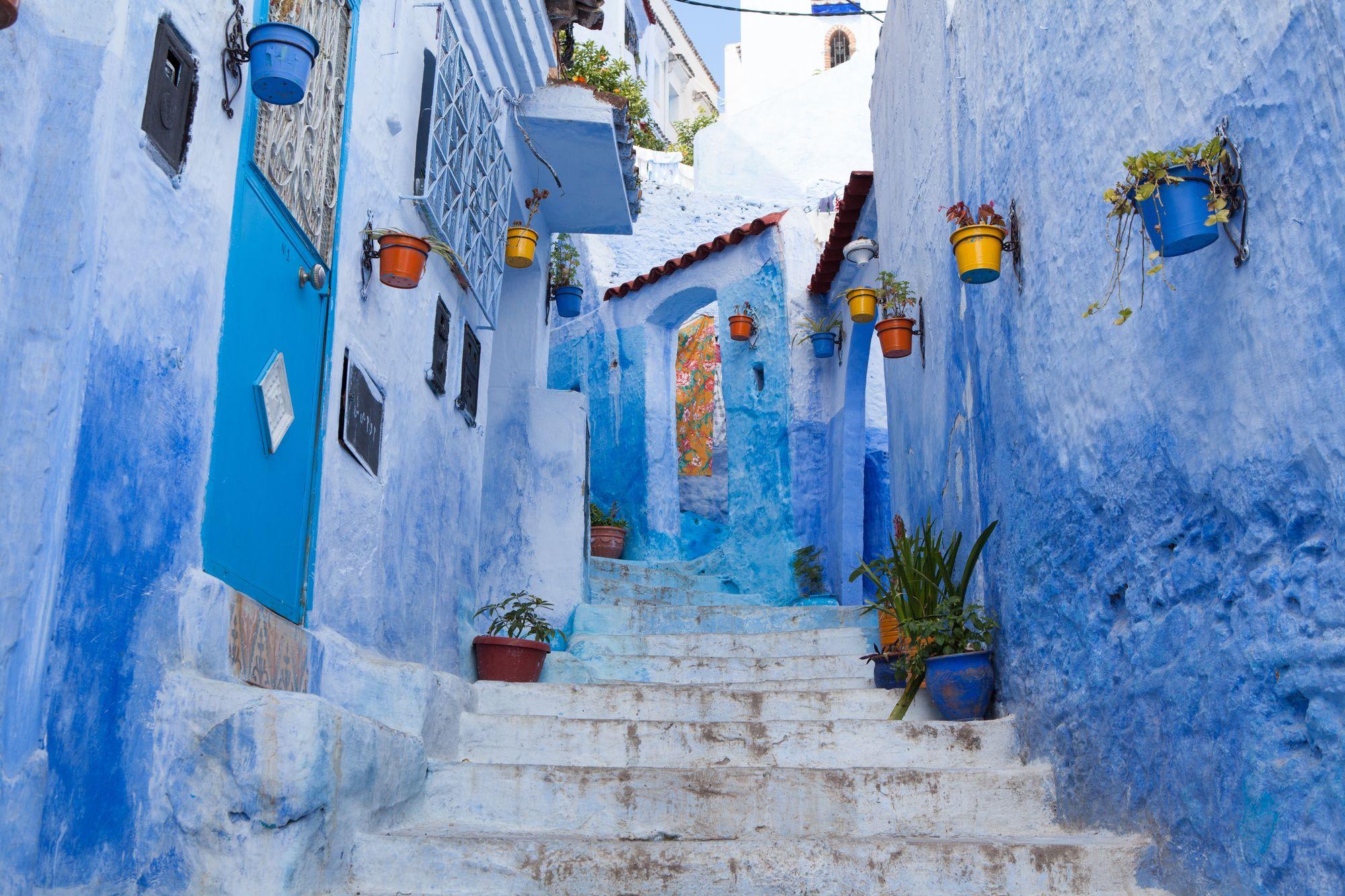 ruelle avec des murs bleus dans le village de Chefchaouen au Maroc