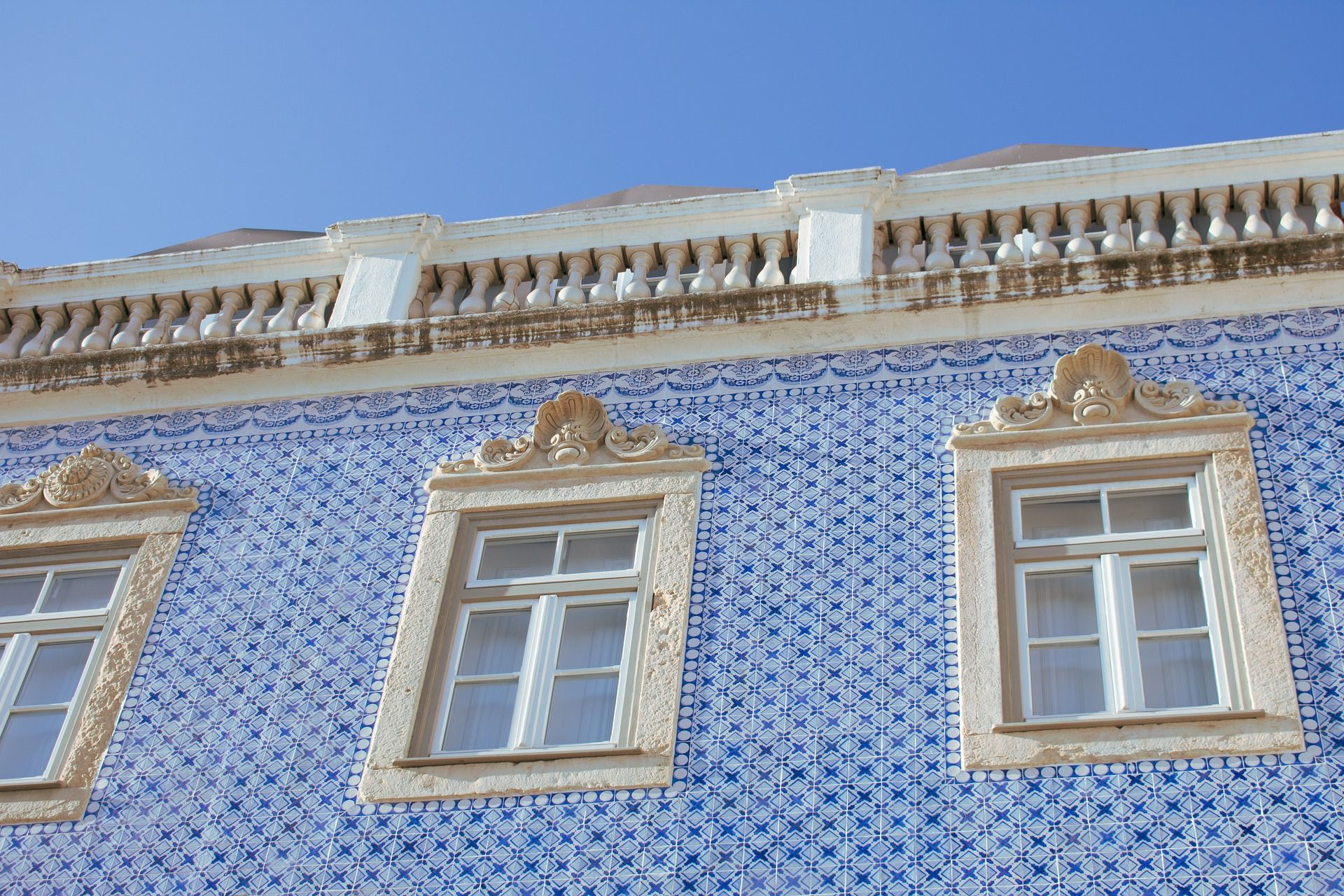 façade d'une maison avec des azulejos bleus à Lisbonne au Portugal