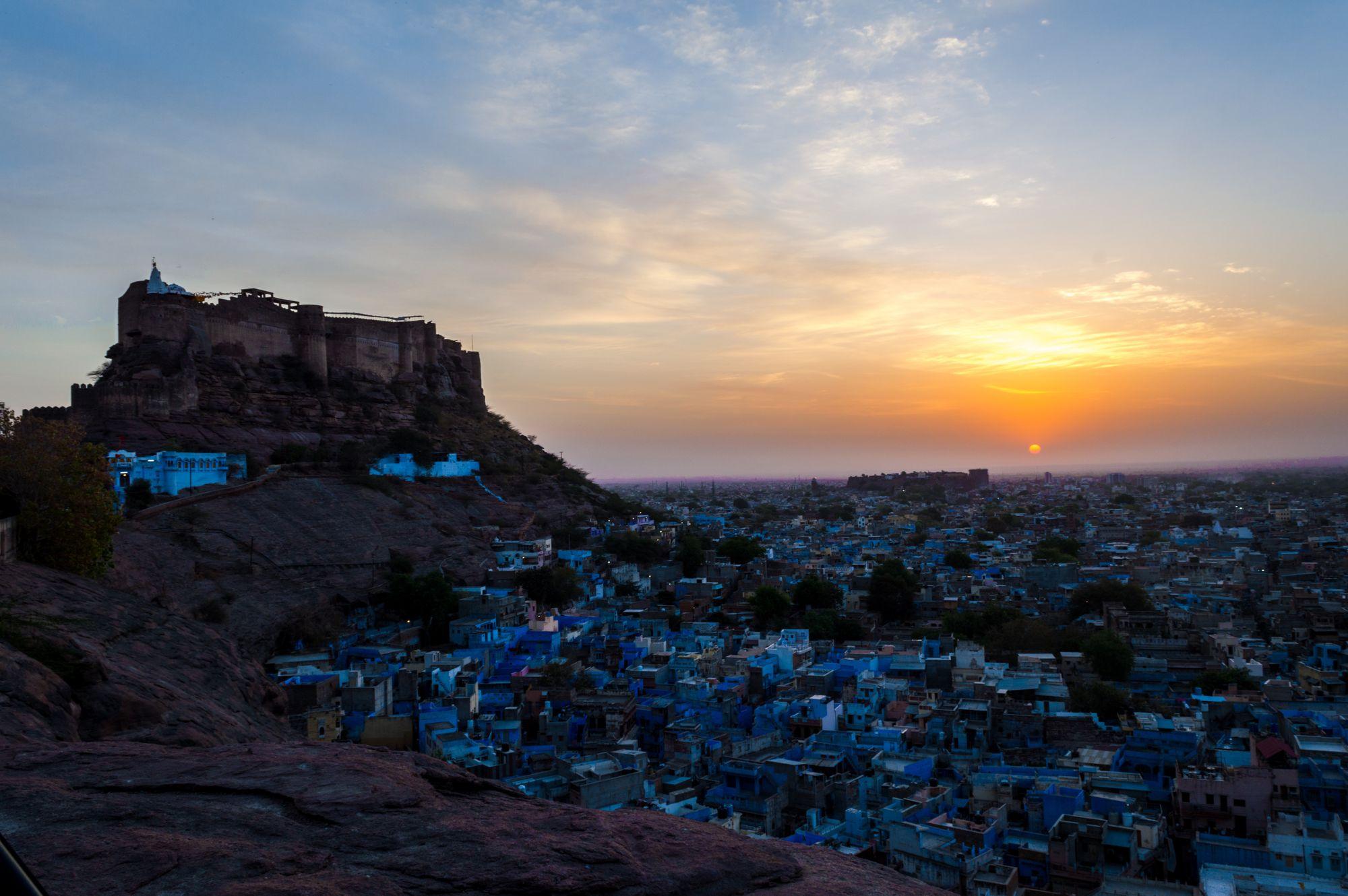 vue sur la ville de Jodhpur et ses toits bleus en Inde