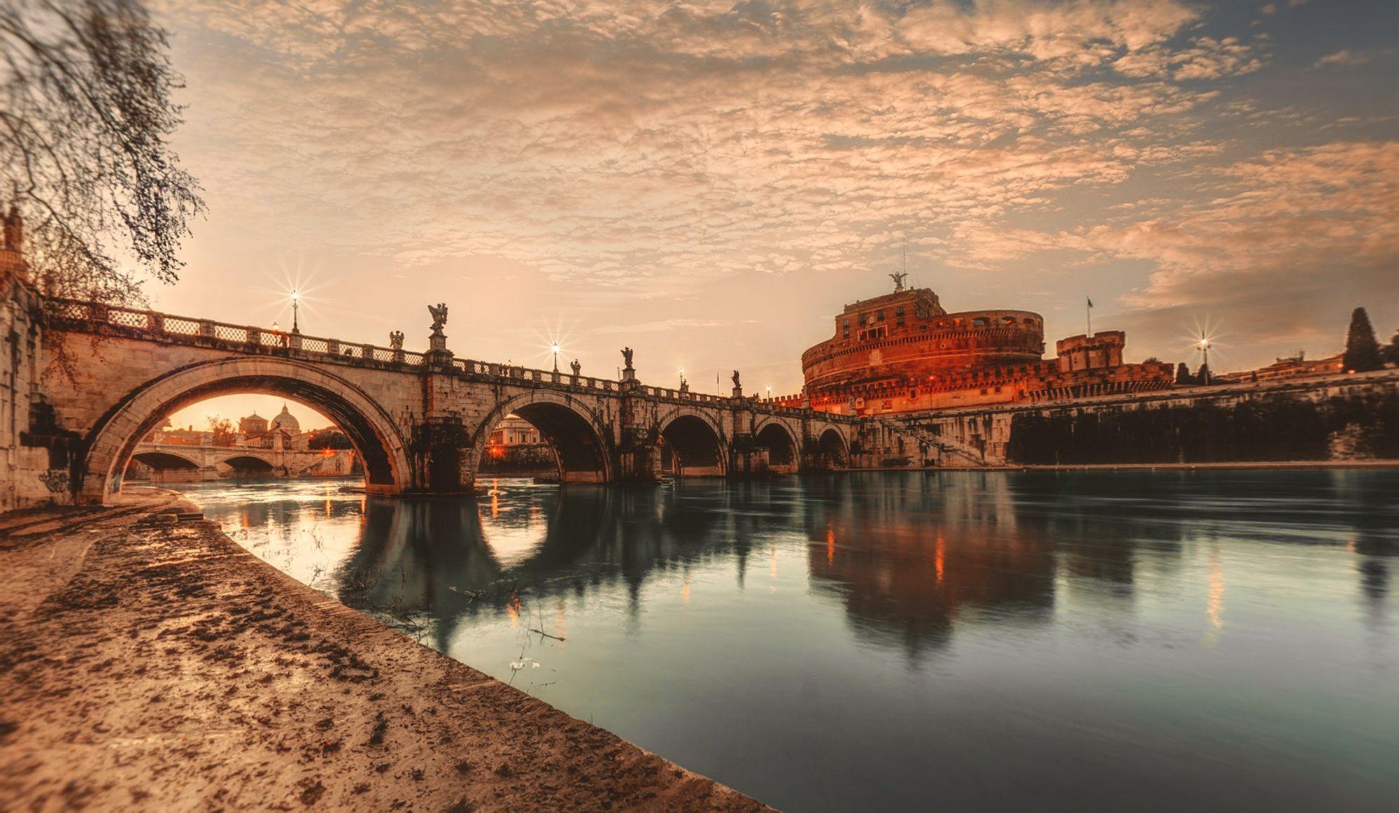 vue sur le pont Saint-Ange, le château Saint-Ange et le Tibre à Rome en Italie